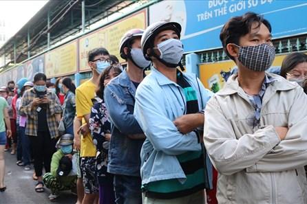 TPHCM: Hàng trăm người xếp hàng từ 3h sáng mua khẩu trang y tế giá chuẩn