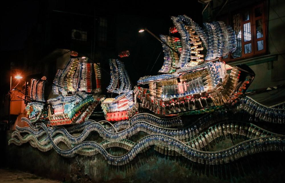 Từ vỏ chai nhựa, vỏ chai dầu nhớt đã qua sử dụng, khung sắt, gốm vụn...Họa sỹ Vũ Xuân Đông đã tạo hình nên những cánh buồm và những con sóng lô nhô.