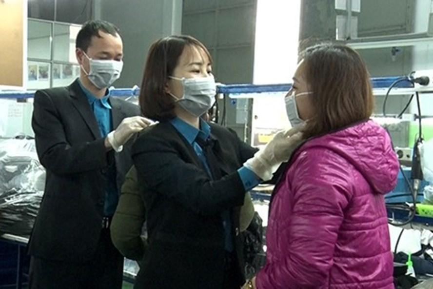 LĐLĐ huyện hướng dẫn CNLĐ công ty TNHH Chinh Thái thực hiện đeo khẩu trang phòng dịch đúng cách.