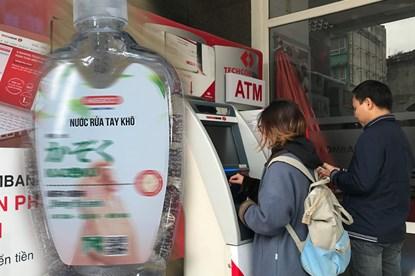 Dịch COVID-19, cây ATM không có dung dịch rửa tay: Người dân nói gì?