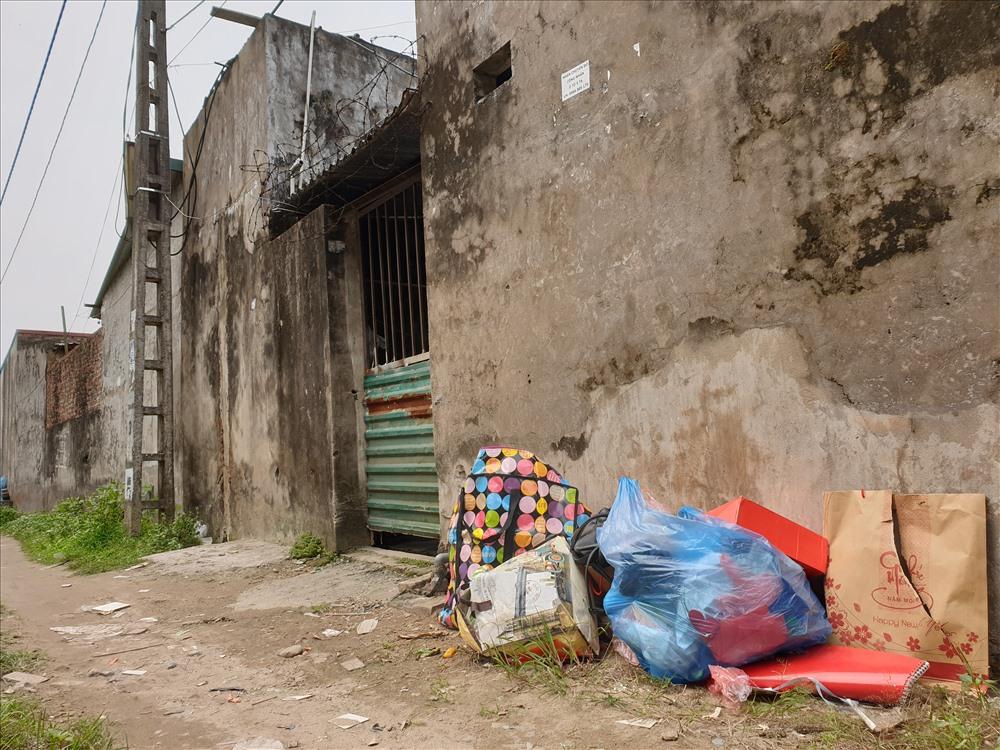 Rác thải sinh hoạt có ở khắp nơi, chỉ cách cổng các dãy nhà trọ công nhân vài bước chân. Ảnh: Tùng Giang.