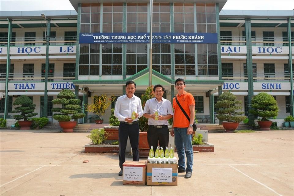 Phát nước rửa tay miễn phí cho học sinh trường trung học phổ thông Tân Phước Khánh, tỉnh Bình Dương_Ảnh: V.Q