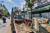 Một con đường oằn mình cõng hàng chục ụ rào chắn ở TPHCM