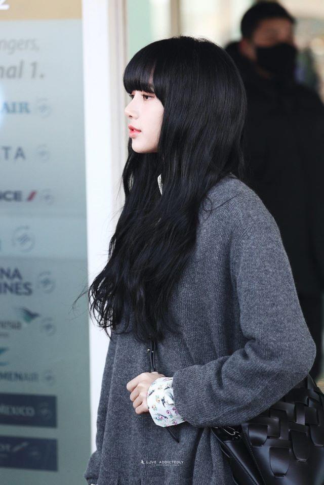 """Kể từ khi ra mắt, Lisa luôn gắn liền mới kiểu tóc mái bằng và thay đổi các màu tóc khác nhau. Bởi vậy, hình tượng lần này của """"em út"""" BlackPink khiến người hâm mộ thích thú. Ảnh: Newsen."""