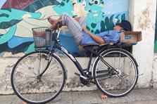 """Cong lưng trên những chiếc giường """"di động"""" giữa phố Sài Gòn"""