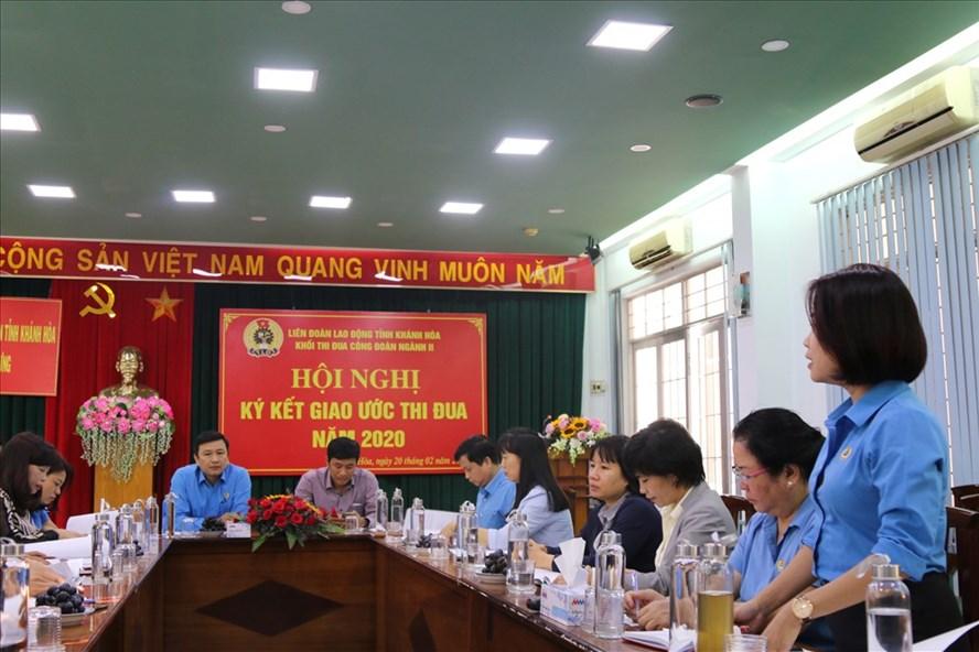 Lãnh đạo Khối Công đoàn Ngành II Khánh Hòa thảo luận chỉ tiêu thi đua năm 2020. Ảnh: Phương Linh