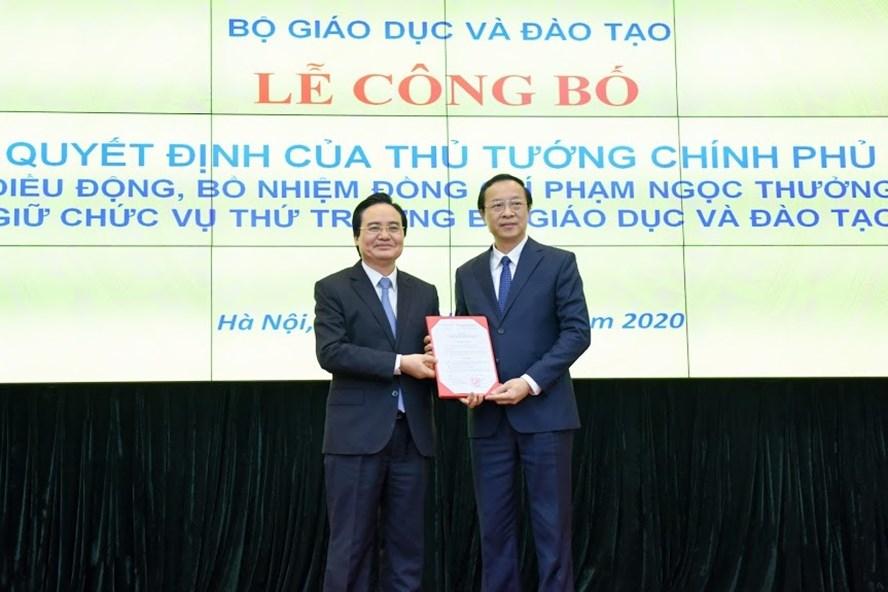Tân Thứ trưởng Bộ GDĐT Phạm Ngọc Thưởng (bìa phải) trong buổi lễ trao quyết định bổ nhiệm. Ảnh BỘ GDĐT