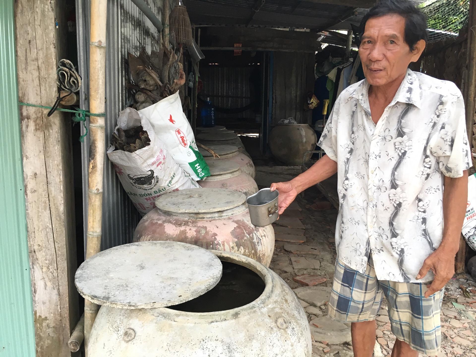 Nông dân Bến Tre lấy nước mưa trong lu để sử dụng vào những ngày khô hạn. Ảnh: Tr.L