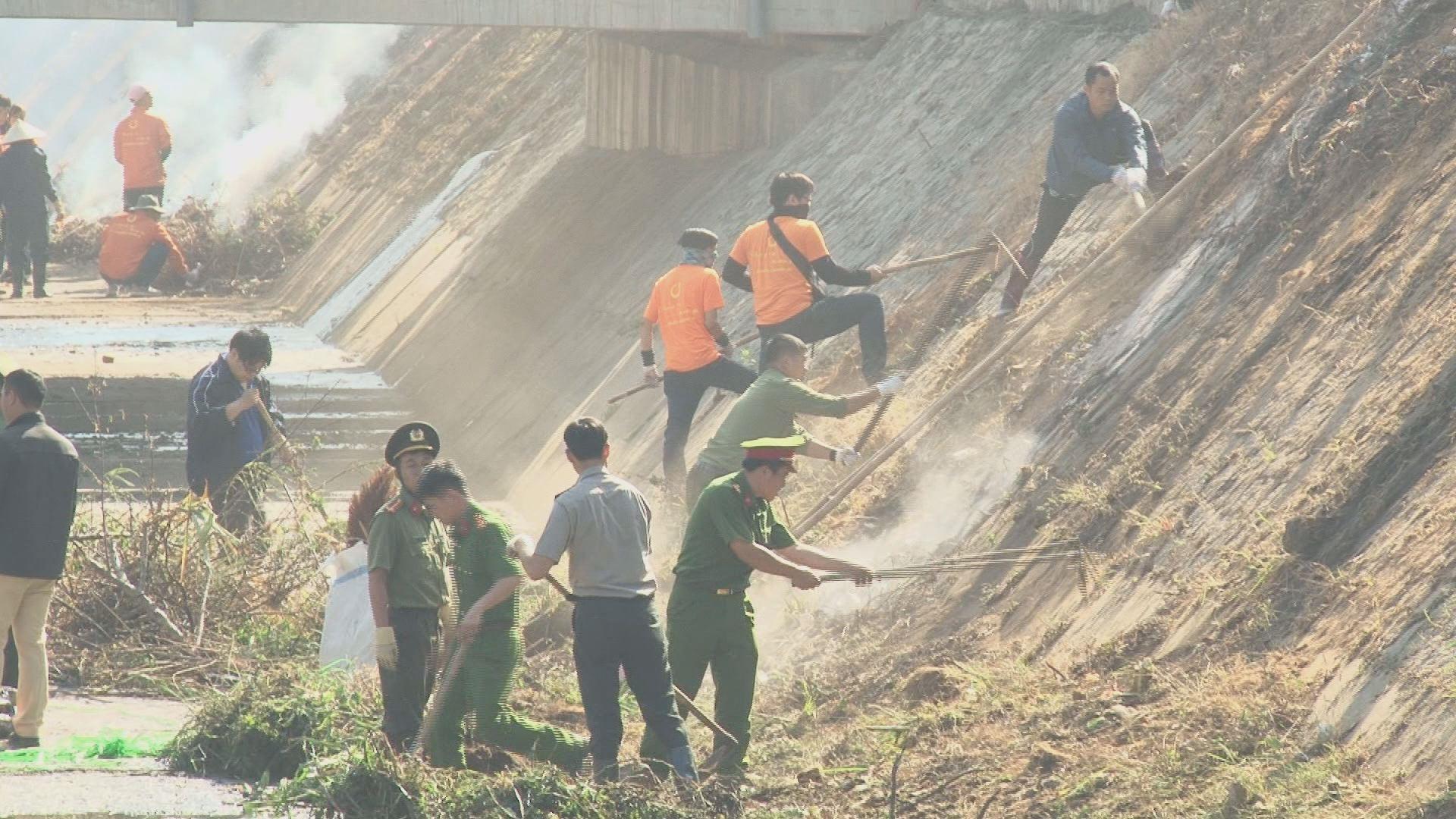 Các phượt thủ (áo vàng) cùng đoàn thanh niên Đà Lạt dọn rác ở suối Cam Ly