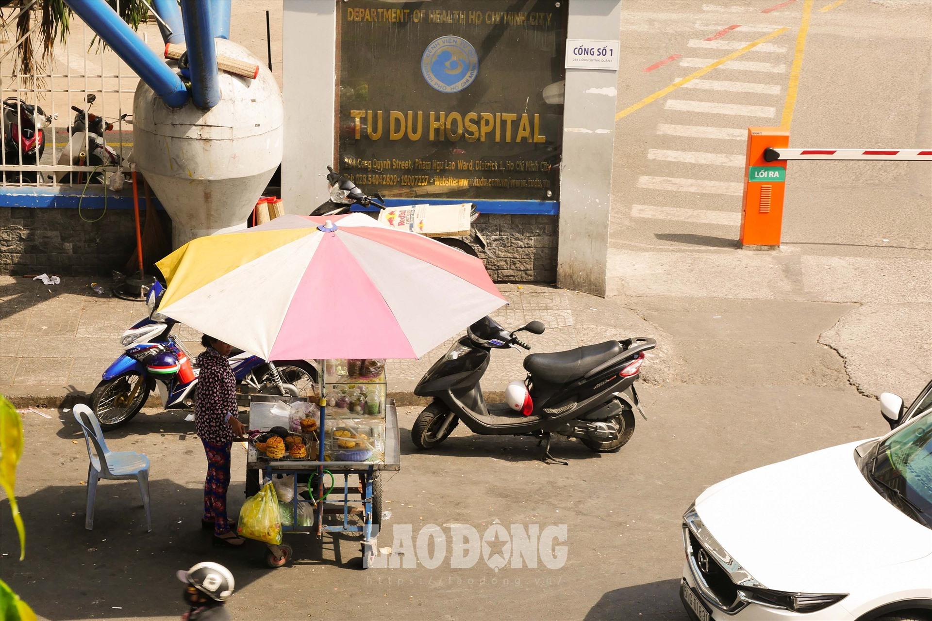 Những người bán hàng rong trang bị theo ô hoặc tận dụng những bóng râm ít ỏi ven đường.