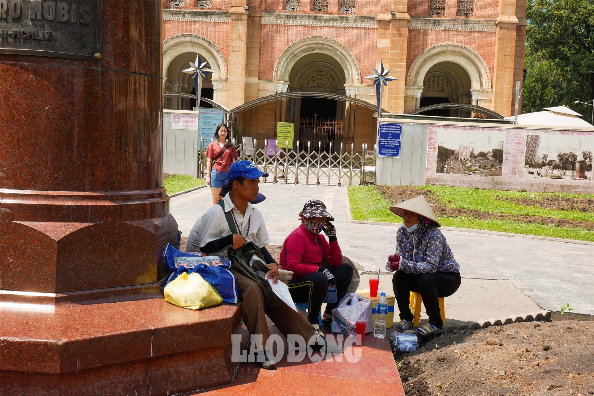 Những người bán nước gần bưu điện thành phố nép vào bóng râm tránh nắng.