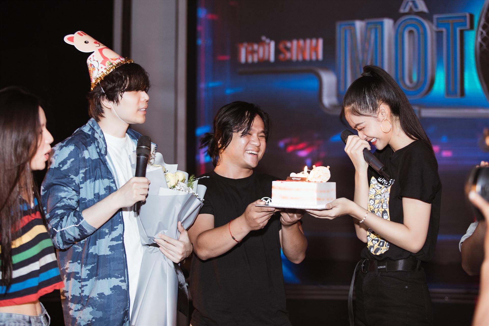 Tuy nhiên, người đẹp bất ngờ khi được êkip dành tặng bánh kem và lời chúc bất ngờ.
