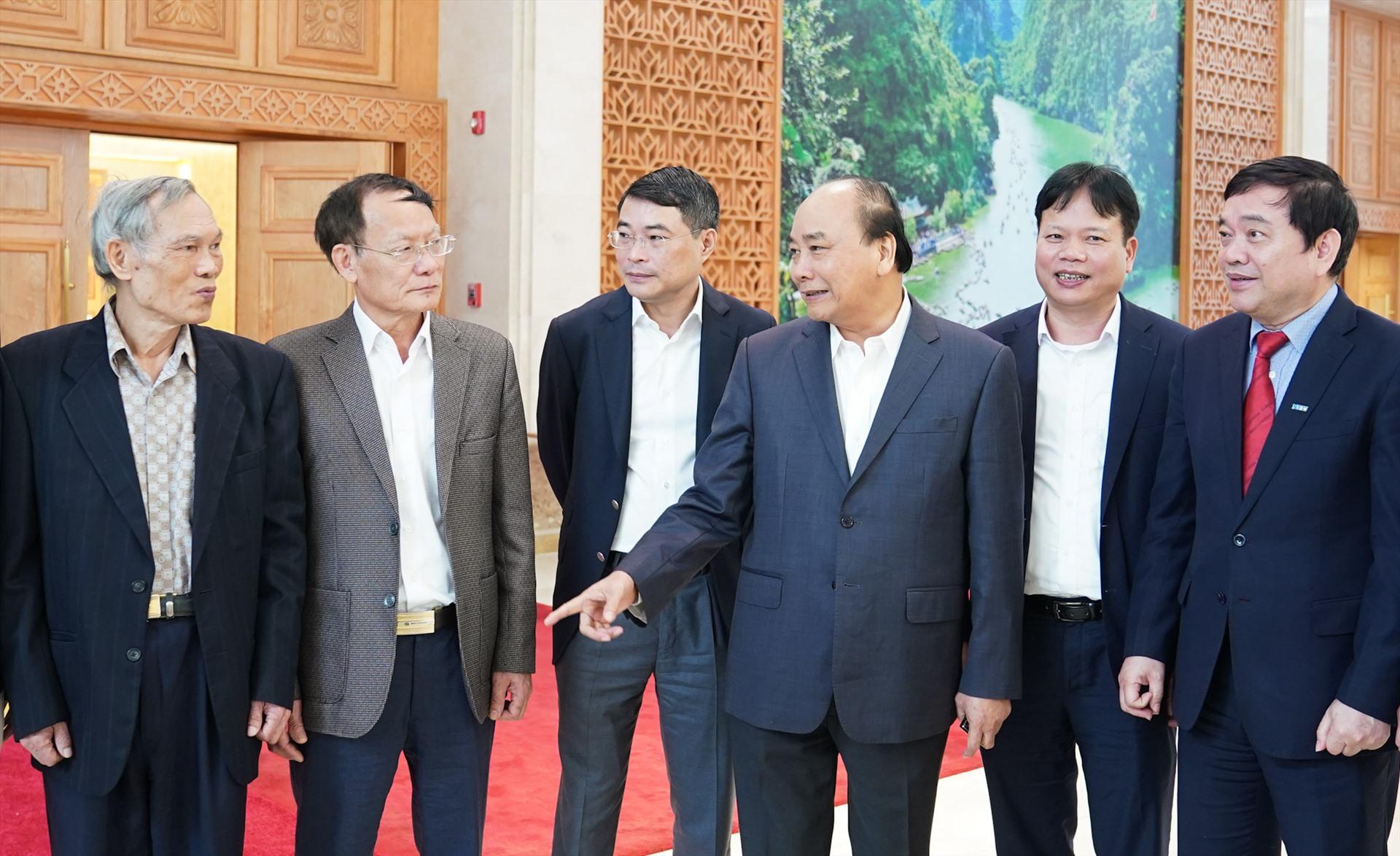 Thủ tướng Nguyễn Xuân Phúc trao đổi với các thành viên Hội đồng Tư vấn chính sách tài chính, tiền tệ quốc gia. Ảnh: VGP/Quang Hiếu