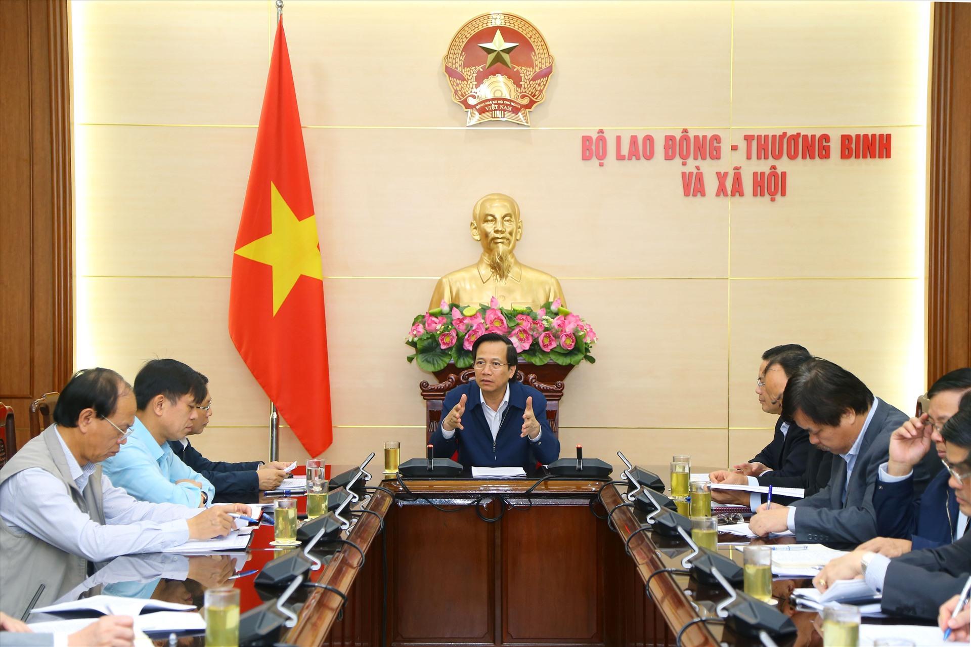 Bộ trưởng Bộ Lao động - Thương binh và Xã hội Đào Ngọc Dung chủ trì buổi làm việc với các đơn vị về phòng, chống dịch COVID-19.