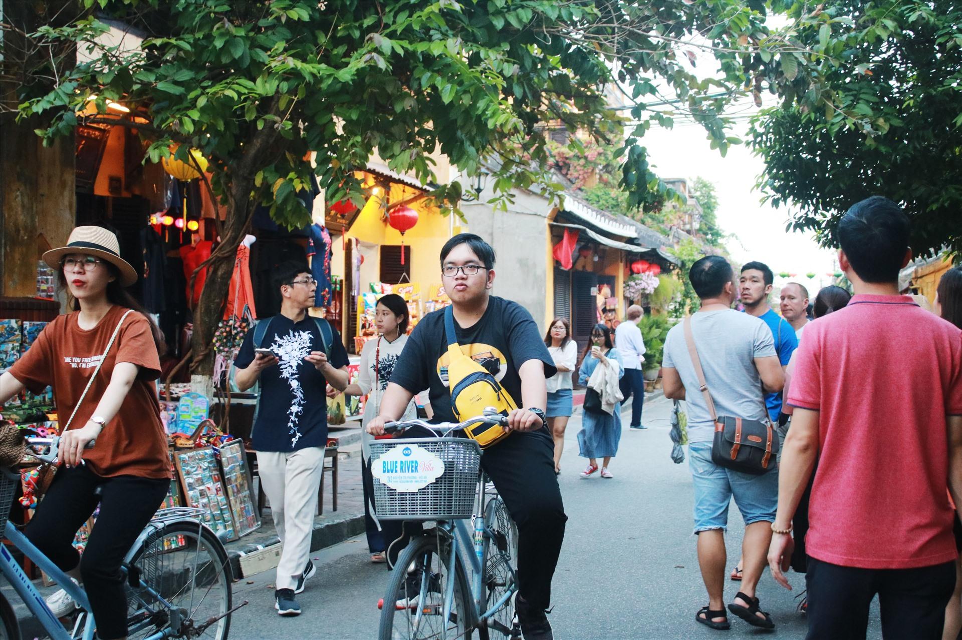 Không quá đông đúc như ngày thường, Hội An lại càng được du khách yêu thich khi đi dạo, đạp xe