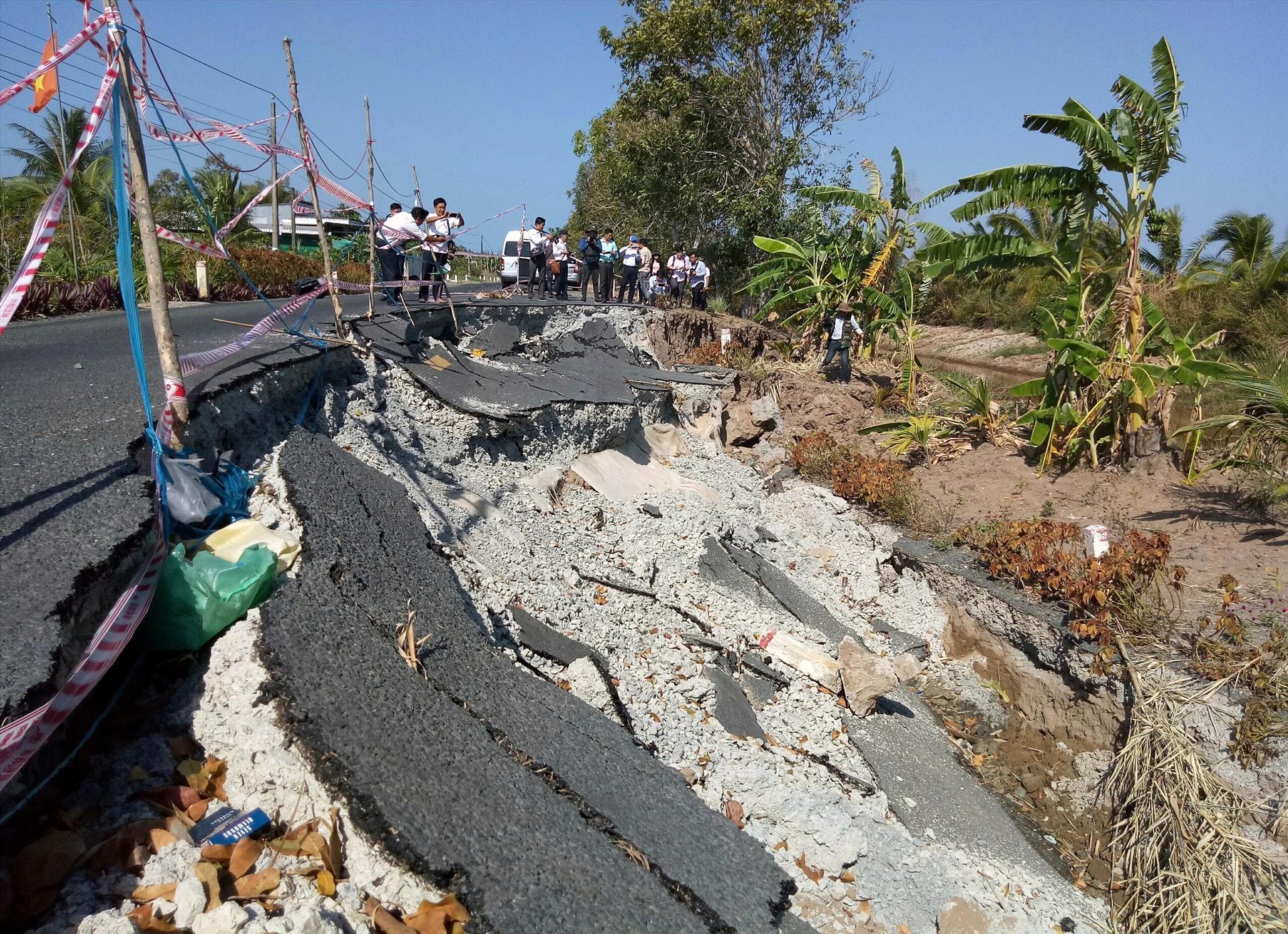 Khô hạn gâu sụp lở đất, chia cắt giao thông tại Cà Mau (ảnh Nhật Hồ)