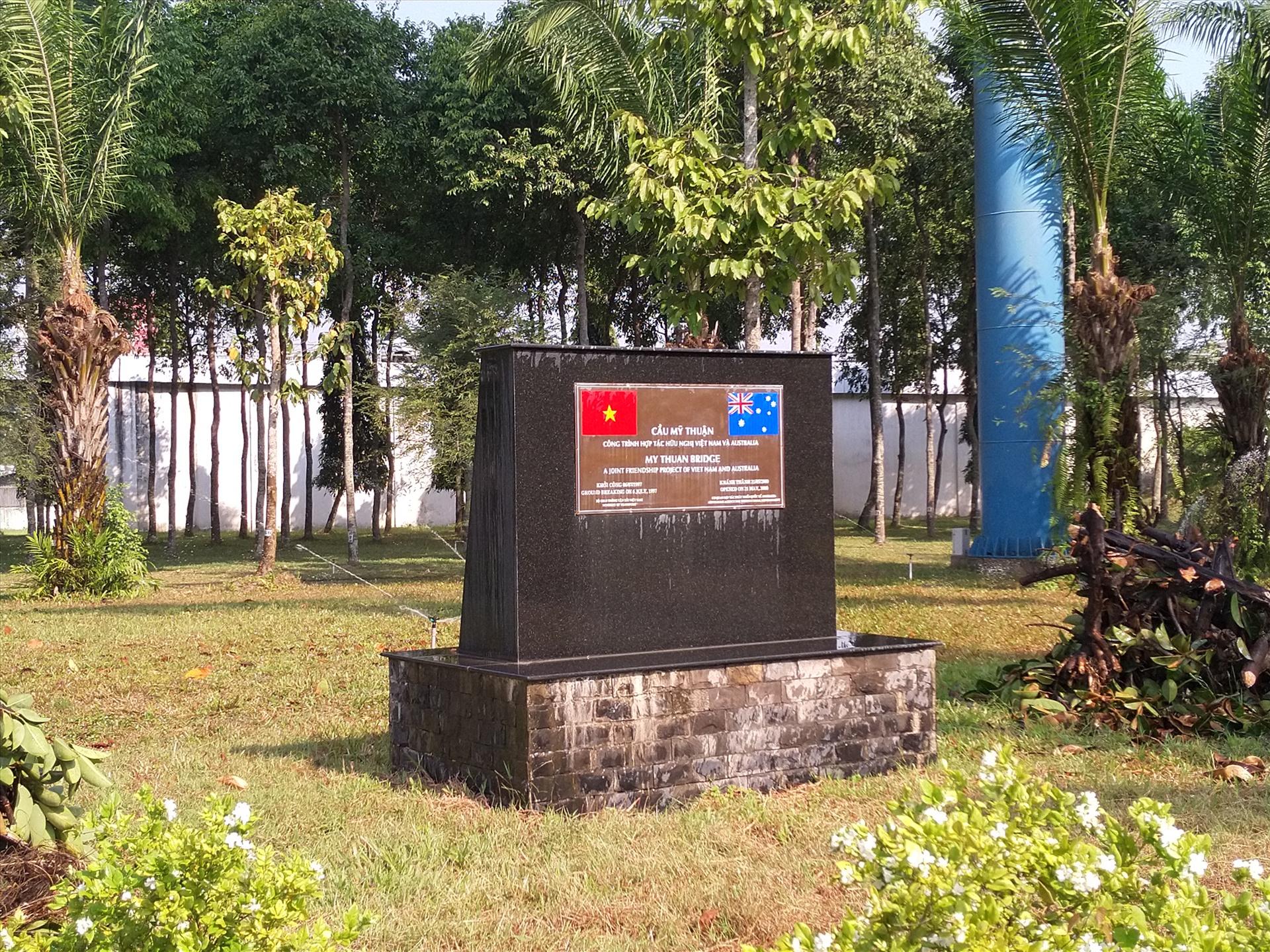 Biểu tượng tình hữu nghị Việt Nam - Australia trong khuôn viên dưới chân cầu. Ảnh: K.Q