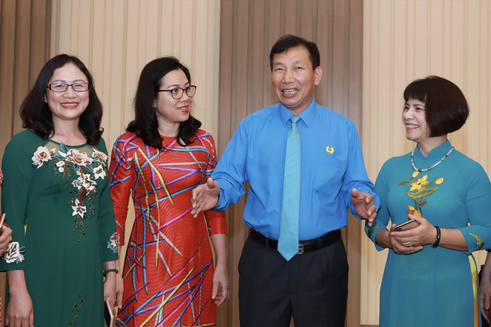Đồng chí Vũ Tiến Dũng, Chủ tịch Công đoàn Công nghiệp Hoá chất Việt Nam giao lưu với các đại biểu nữ. Ảnh: Hải Nguyễn
