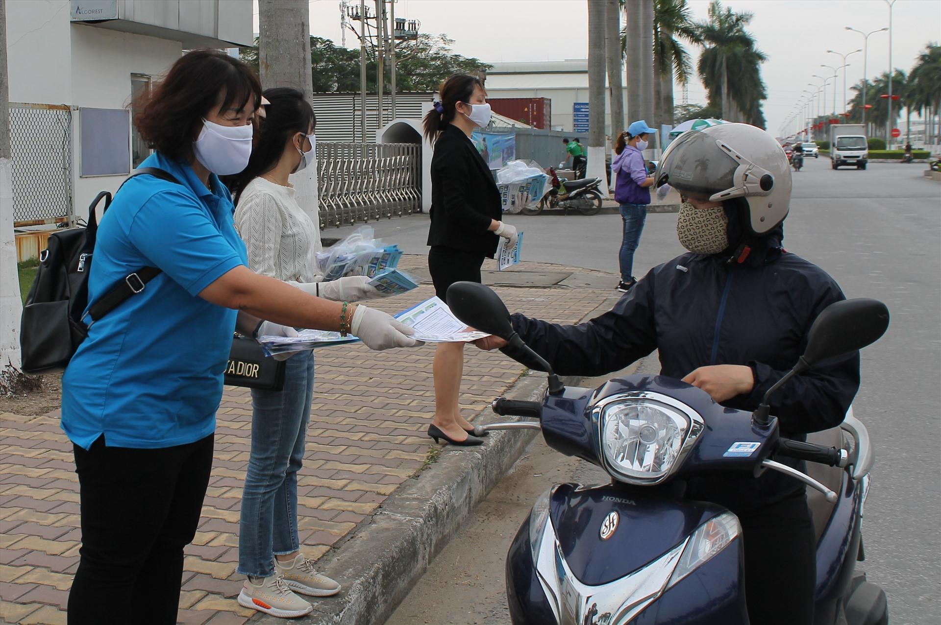 Ngoài khẩu trang kháng khuẩn, người lao động được nhận tờ rơi tuyên truyền dịch bệnh COVID-19.