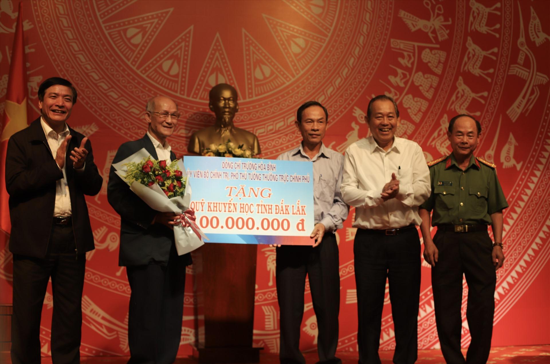 Phó Thủ tướng Thường trực Trương Hòa Bình trao số tiền 100 triệu đồng cho Quỹ khuyến học của tỉnh Đắk Lắk. Ảnh: HL