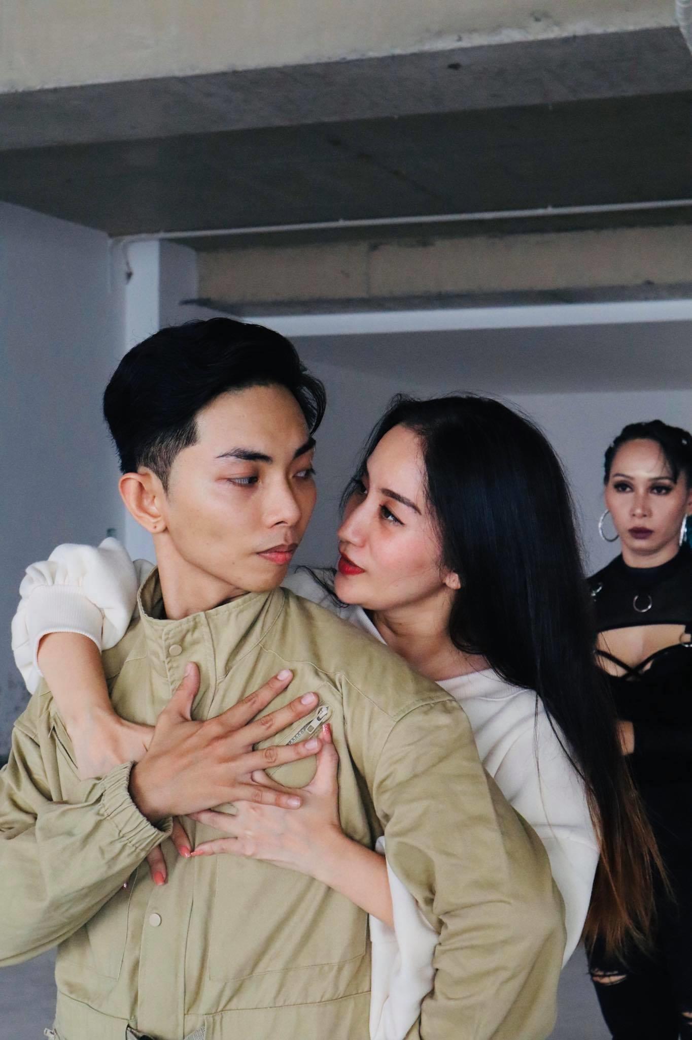 """Nữ hoàng Dance Sport cho biết, ông xã Phan Hiển là một """"fan cuồng"""" của BTS, vì vậy, cô quyết định cùng chồng thực hiện phần quay vũ đạo này."""
