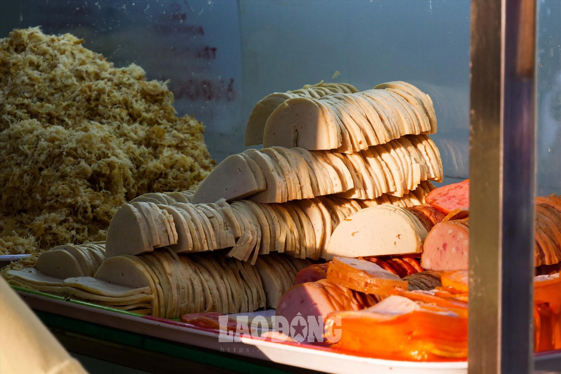 Nhiều du khách thích thú cho rằng, những người bán hàng đã khéo léo bày biện đồ ăn kèm vô cùng bắt mắt và ngon miệng.