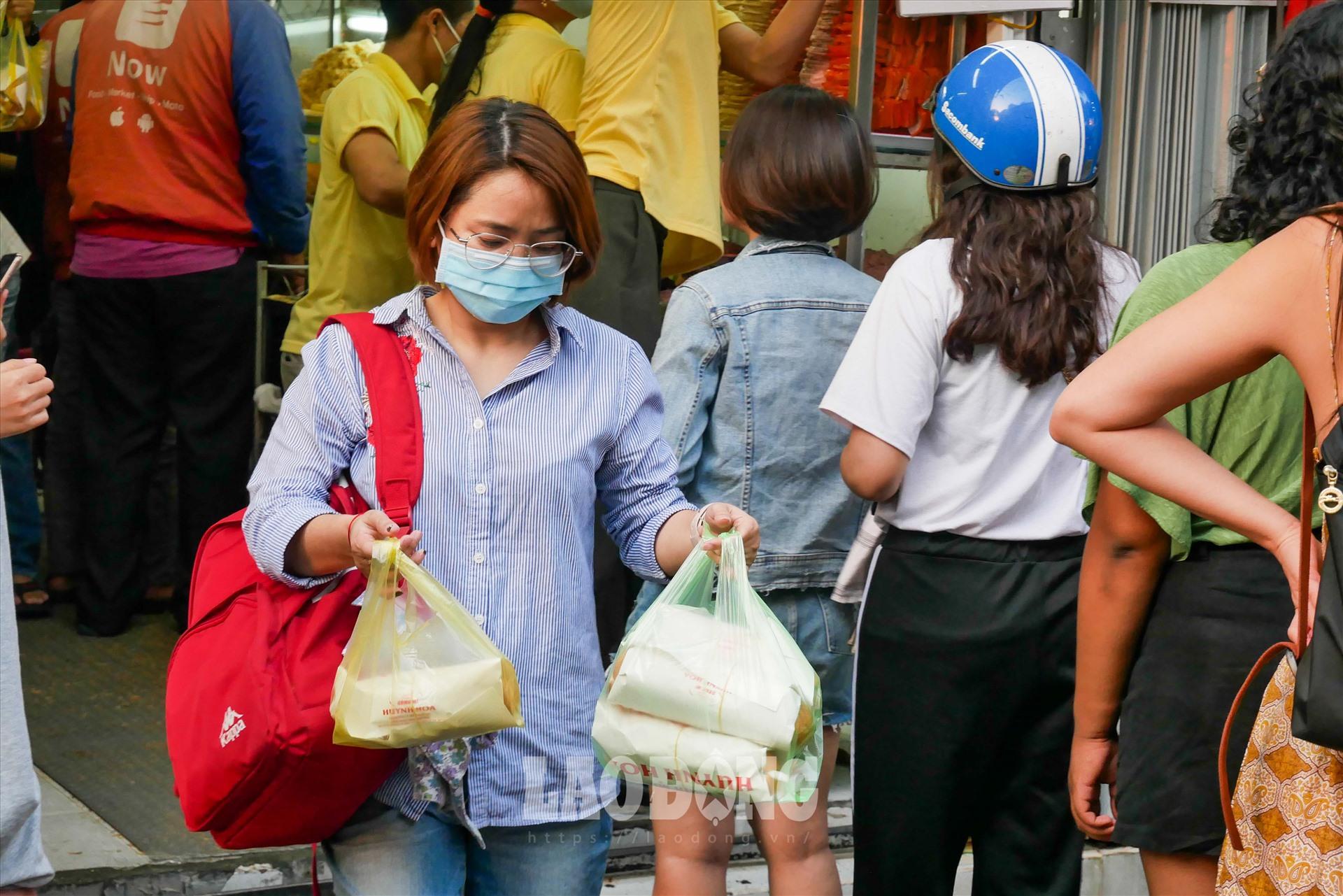 """Không chỉ có du khách nước ngoài, nhiều người bản địa cũng là """"fan cứng"""" của bánh mì. Chị Thanh Nhàn (quận 3, TPHCM) nói: """"Thỉnh thoảng tôi lại đi mua, vì lâu không ăn là sẽ """"nhớ"""". Xếp hàng hơi cực chút nhưng mọi người đều xếp mà, tôi cảm thấy rất văn minh. Mong rằng sẽ có nhiều bạn bè quốc tế biết đến món bánh mì và thưởng thức nó khi đến Việt Nam""""."""