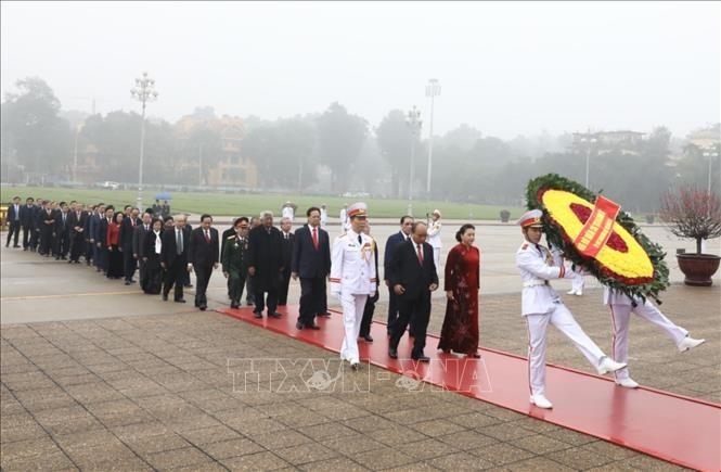 Các đồng chí lãnh đạo, nguyên lãnh đạo Đảng, Nhà nước đặt vòng hoa và vào Lăng viếng Chủ tịch Hồ Chí Minh. Ảnh: Văn Điệp/TTXVN