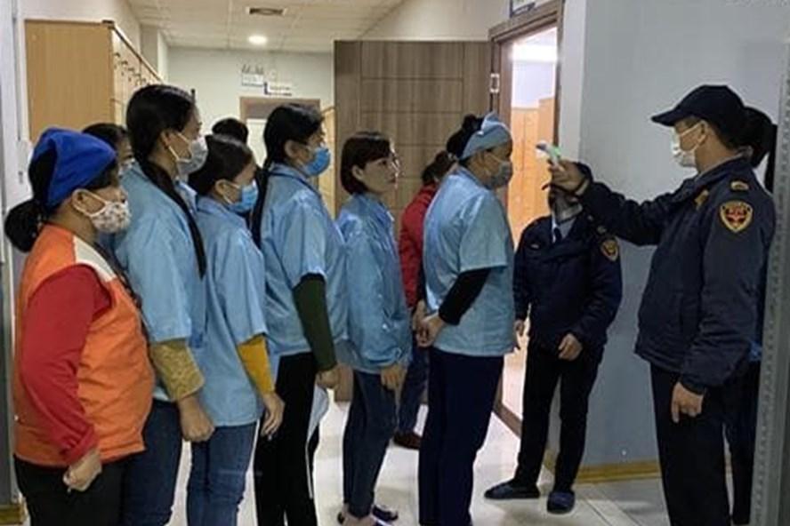 Kiểm tra thân nhiệt công nhân trước khi vào làm việc.