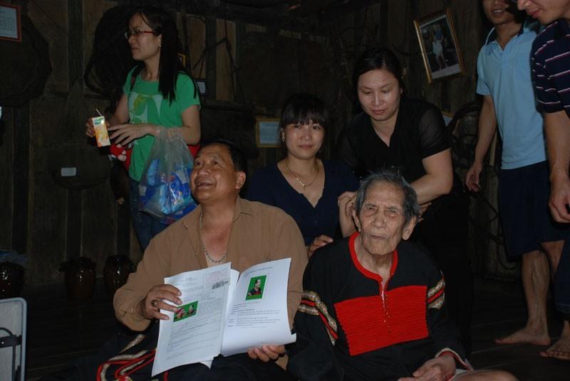 Gia đình ông Khăm Phết hiện còn giữ những giấy tờ viết tay của ông Hồ Việt Sang cam kết không sử dụng thương hiệu thuốc Amakong bất kỳ mọi hình thức.