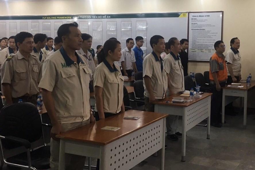 Các đảng viên Chi bộ đảng Công ty TNHH Teakwang Vina Đồng Nai thực hiện nghi thức chào cờ trước khi tiến hành sinh hoạt chi bộ. Ảnh: PV