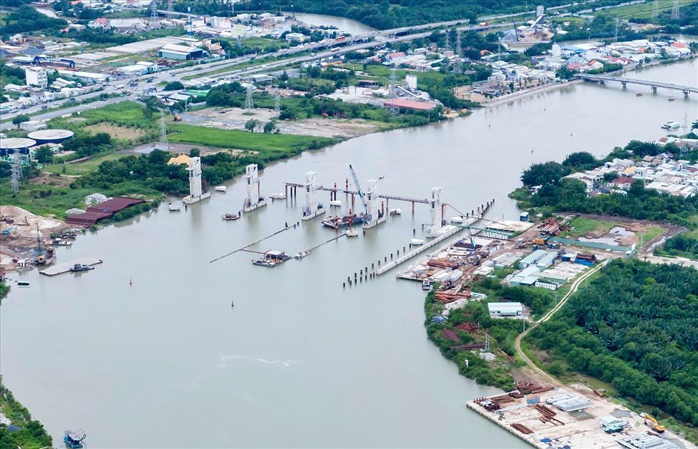 """Dự án """"Giải quyết ngập do triều khu vực TPHCM có xét đến yếu tố biến đổi khí hậu (giai đoạn 1) với tổng mức đầu tư gần 10.000 tỉ đồng khởi công tháng 6.2016. Dự án gồm 6 cống ngăn triều: Bến Nghé, Cây Khô, Mương Chuối, Phú Định, Phú Xuân và Tân Thuận. Trong đó, cống kiểm soát triều Mương Chuối có quy mô lớn nhất. Đến nay dự án đã hoàn thành khoảng 77% tiến độ."""