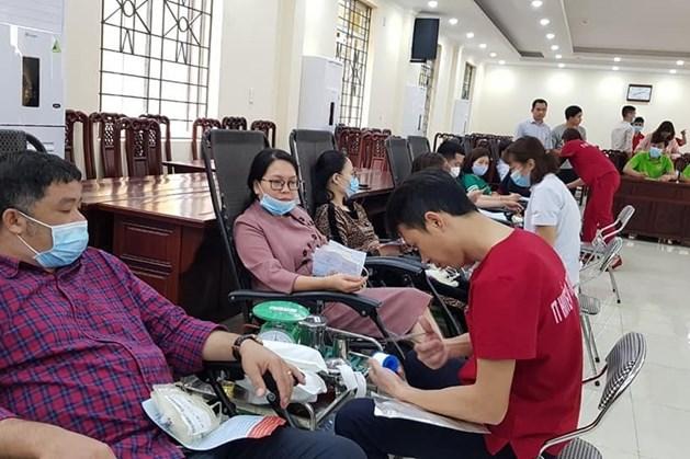 Cán bộ, công chức, viên chức tỉnh Thái Nguyên tham gia hiến máu tình nguyện. Ảnh: T.N