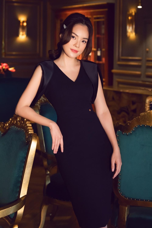 Không cầu kỳ sa hoa trong thương hiệu sang trọng nào, Dương Cẩm Lynh chọn cho mình mẫu trang phục của Việt Nam với những tông màu đơn sắc kết hợp cùng những điểm nhấn nhẹ nhàng, giúp nữ diễn viên khoe được đường cong gợi cảm của cơ thể. Ảnh: NVCC.