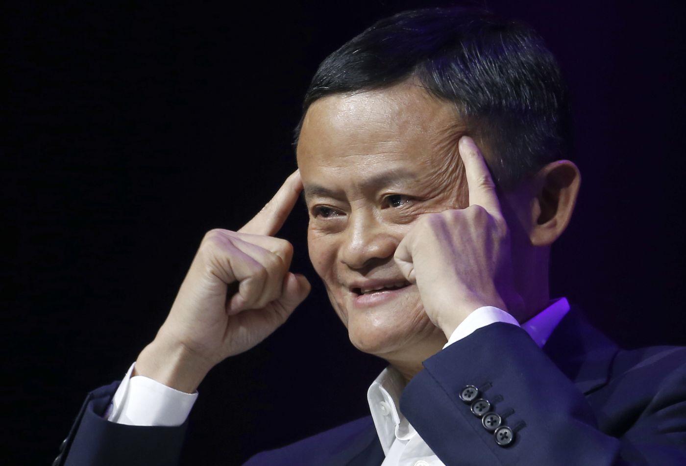Công việc đầu tiên của chủ Alibaba Jack Ma là giáo viên tiếng Anh tại thành phố Hàng Châu, Trung Quốc. Sau khi nghỉ hưu, ông tuyên bố muốn quay lại làm thầy giáo và dành thêm 15 năm nữa cho lĩnh vực giáo dục. Hiện ông Jack sở hữu 41,1 tỉ USD. Ảnh: ST