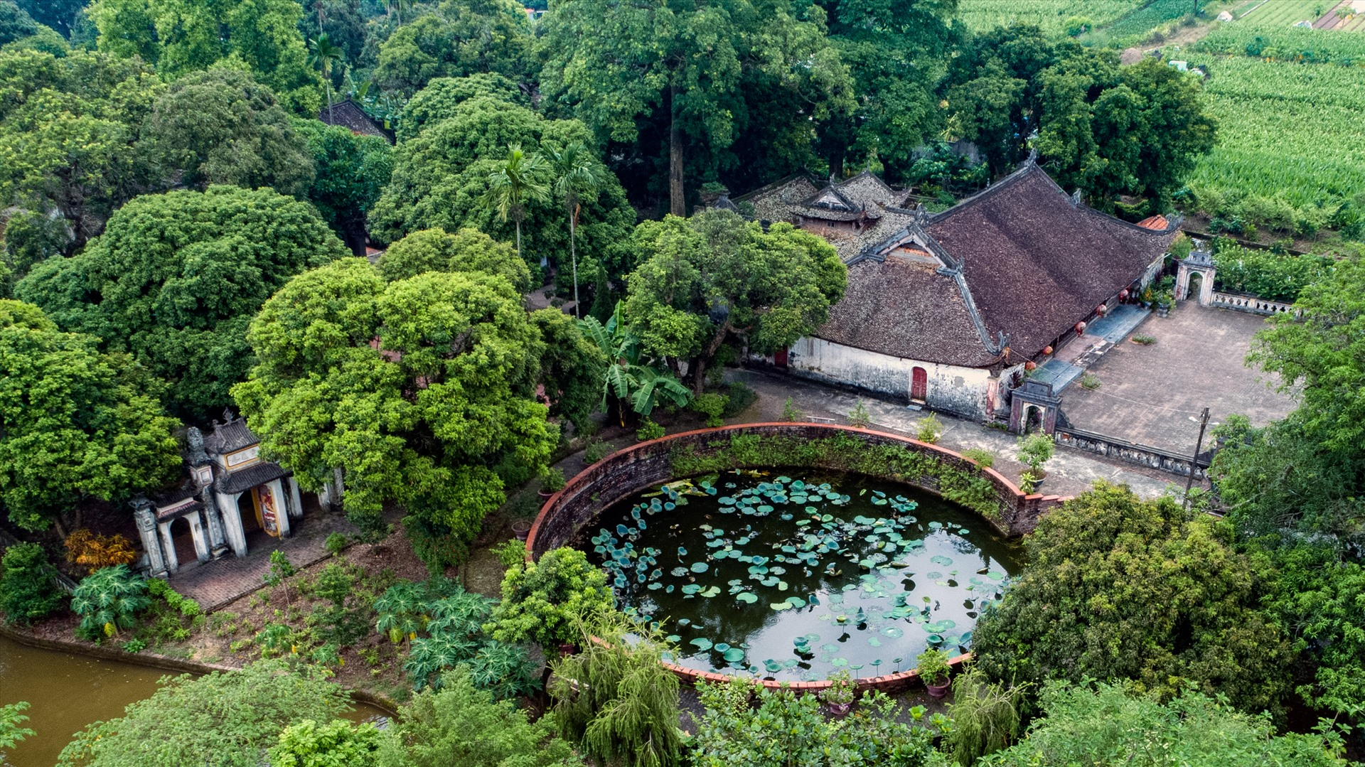 Giếng Đình Quan Xuyên thuộc xã Thành Công, Khoái Châu, Hưng Yên. Giếng nước nằm ngay bên đầu hồi trái của đình, phía trước cửa chùa.