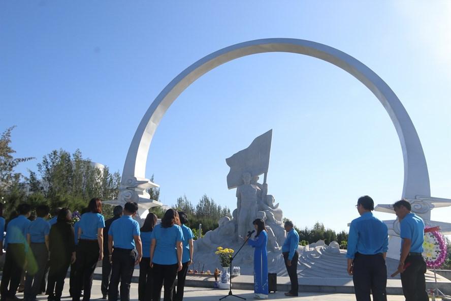 LĐLĐ tỉnh Khánh Hòa dâng hương tưởng nhớ các anh hùng liệt sĩ Gạc Ma. Ảnh: P.Linh