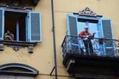 Nóng nhất hôm nay: Người dân Italia ra ban công chơi nhạc ứng phó COVID-19