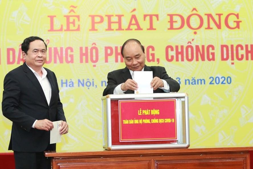 Thủ tướng Chính phủ Nguyễn Xuân Phúc ủng hộ phòng chống dịch COVID-19 tại lễ phát động. Ảnh: Hải Nguyễn.