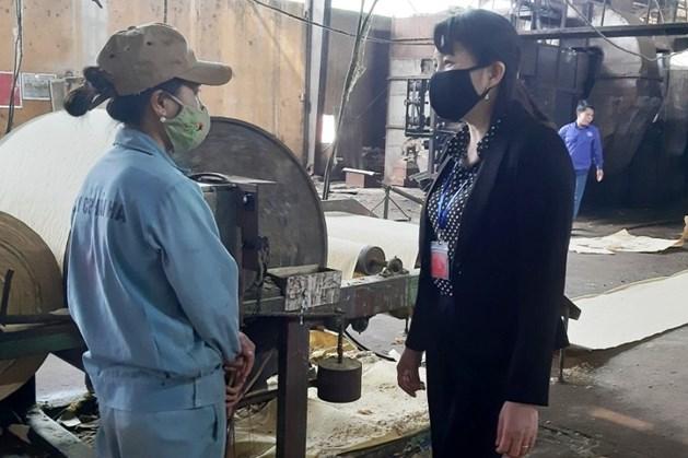 Đồng chí Bùi Thị Thịnh - Chủ tịch Liên đoàn Lao động huyện Bắc Quang- kiểm tra thực tế công tác phòng, chống bệnh dịch COVID -19 trong công nhân, lao động tại Công ty cổ phần Hải Hà.