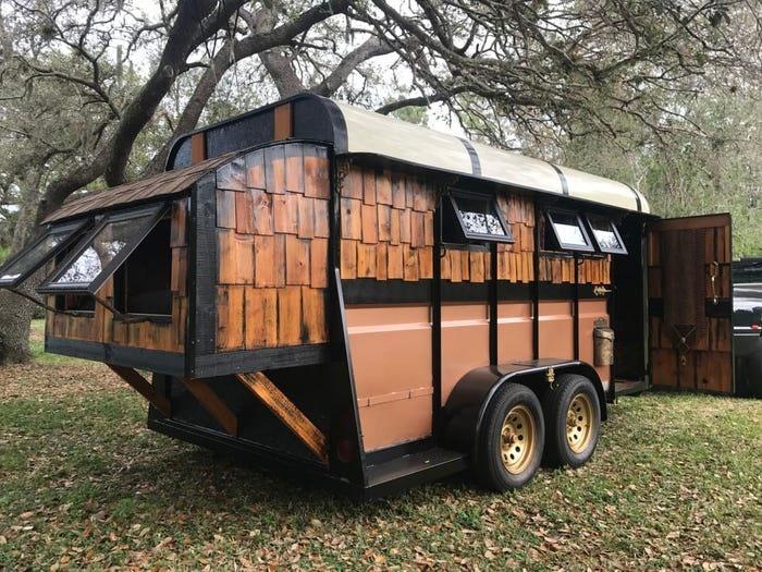 Với kiểu dáng xe ngựa, ngôi nhà di động 10m2 tại Naples, Florida vẫn gây ấn tượng rõ rệt từ thiết kế bên ngoài đến phong cách bày trí đậm chất hoàng gia. Ảnh: T.H.L