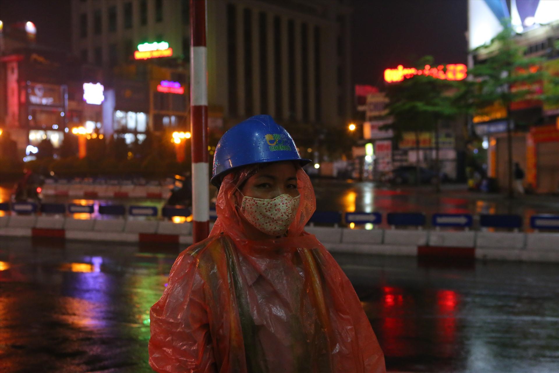 Chị Minh làm việc trên tuyến đường Tây Sơn.