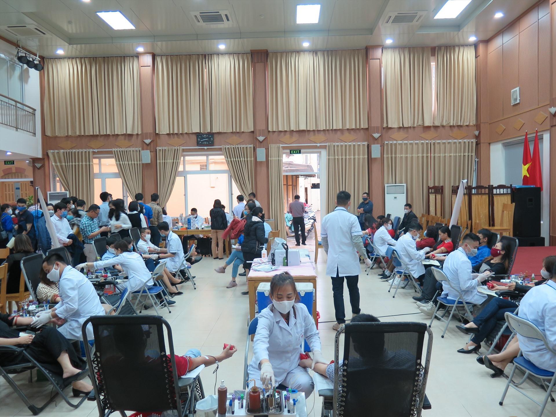 Rất đông đoàn viên tham gia hiến máu tình nguyện. Ảnh: B.H