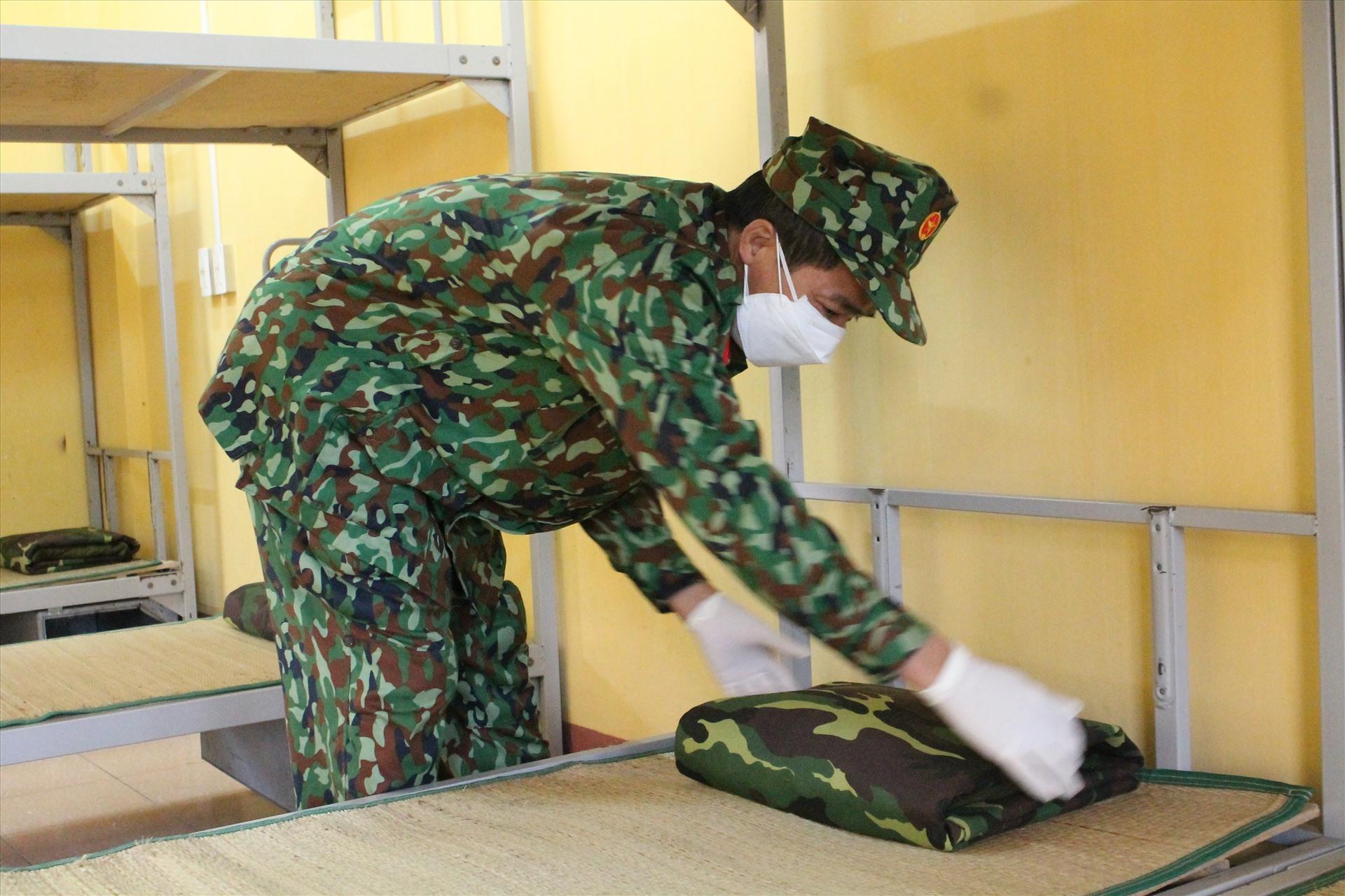 Lực lượng quân đội kiểm tra vệ sinh, đồ đạc cần thiết đón người dân về khu cách ly tập trung. Ảnh Mai Dung