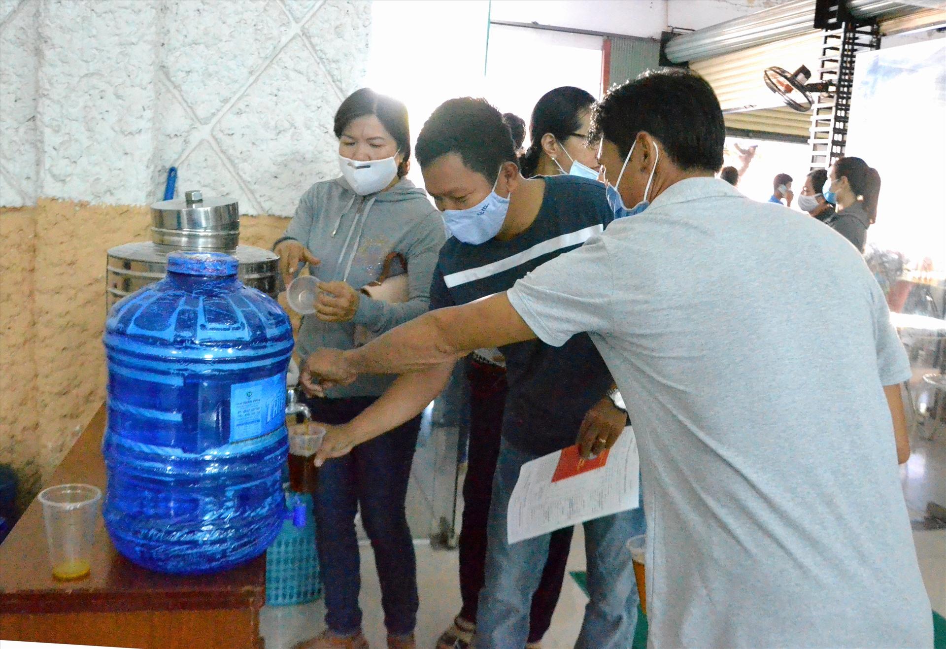 Điểm nước uống hồi phục sức khỏe sau kh hiến máu. Ảnh: LT