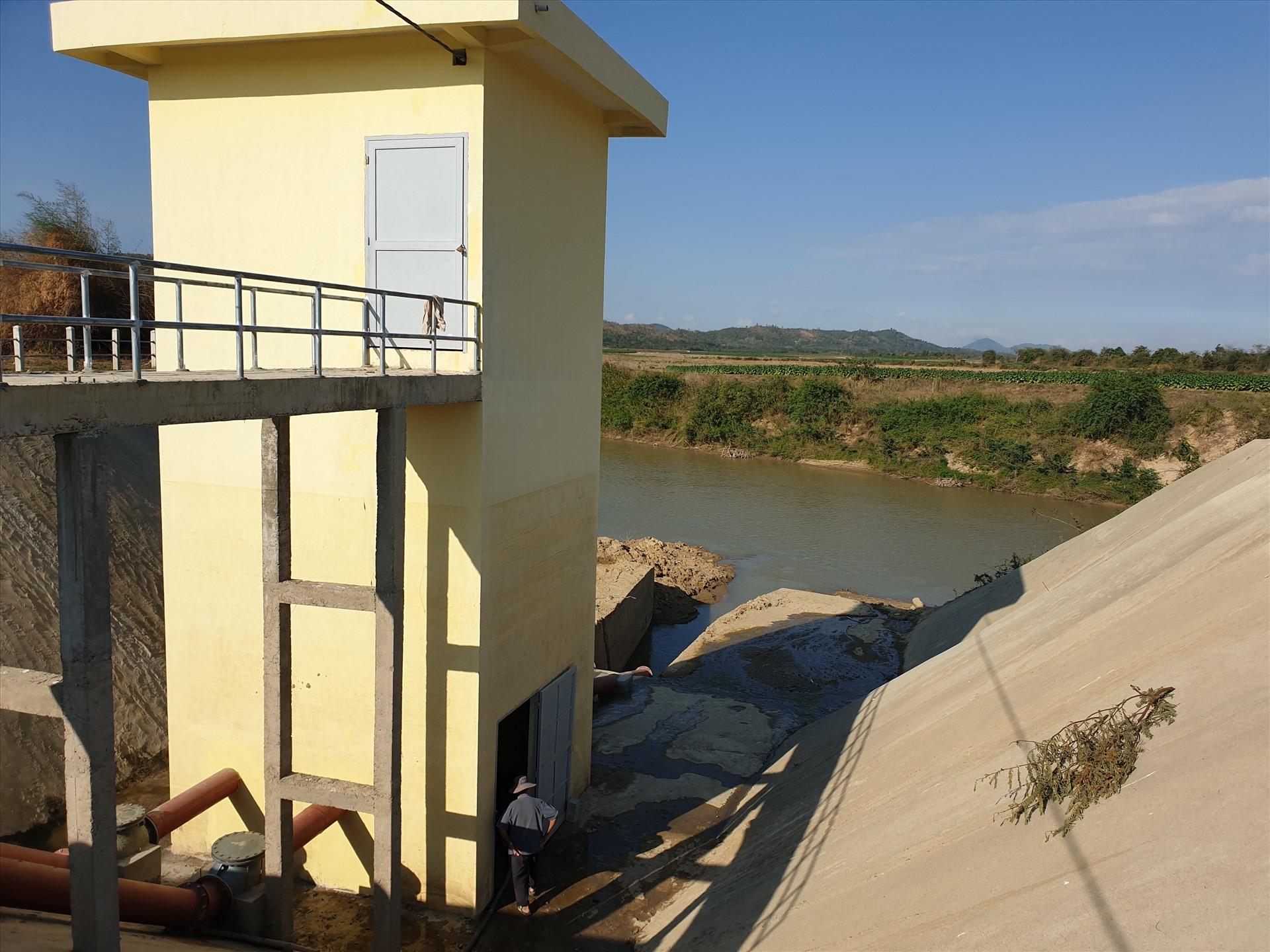 Được biết, Phòng NNPTNT huyện Krông Bông sẽ thống kê danh sách xin UBND huyện hỗ trợ kinh phí cho người dân tái sản xuất. còn những diện tích khô hạn có khả năng điều tiết nước được, Phòng lập các trạm bơm dã chiến đưa nước từ sông lên hoặc điều tiết nước từ công trình thủy lợi thác Krông Kmar về tưới cho cây trồng.