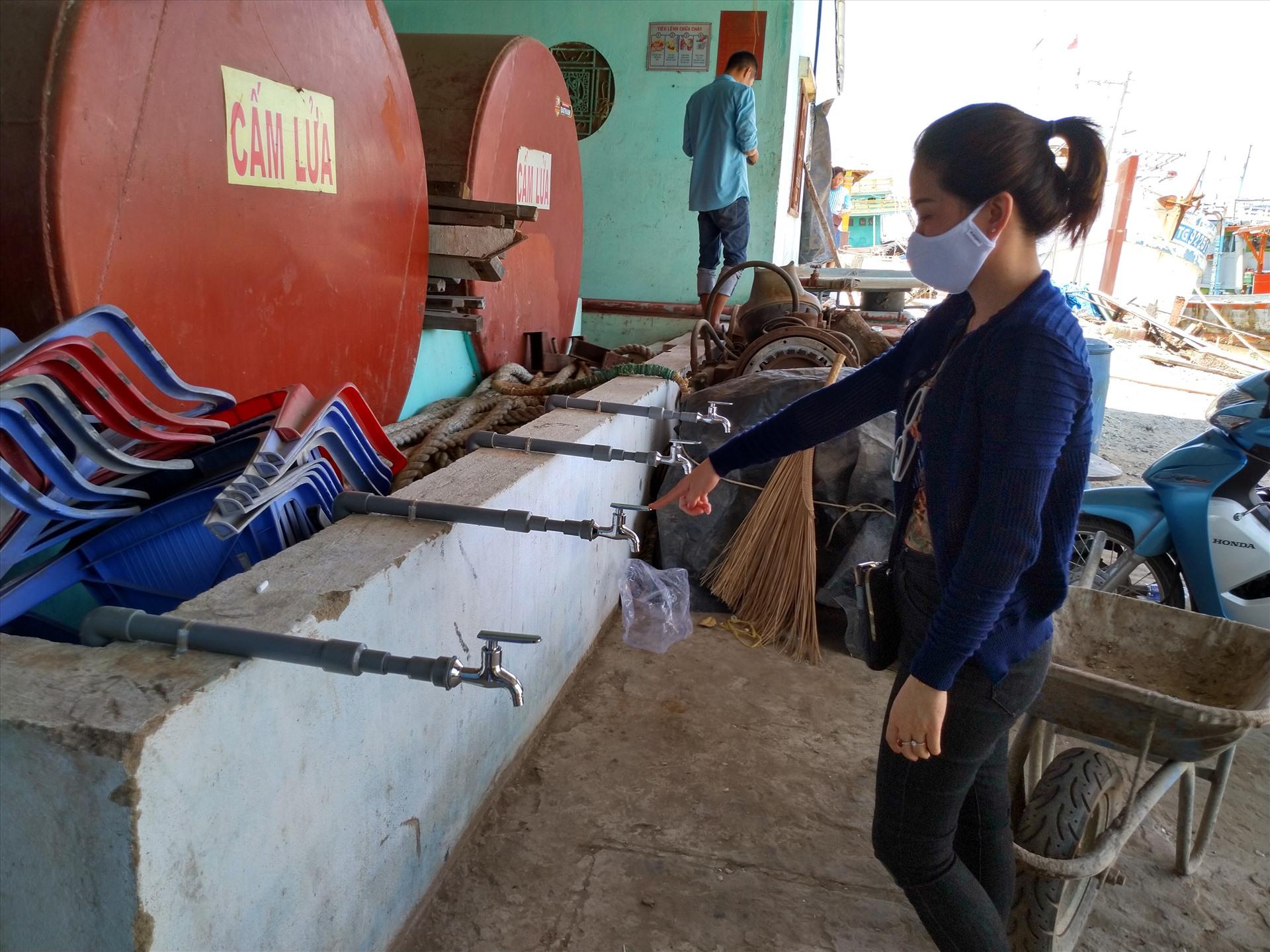 Chỉ ít ngày nữa, các vòi nước này sẽ chảy để cung cấp nước ngọt cho bà con xã Tân Phước. Ảnh: K.Q