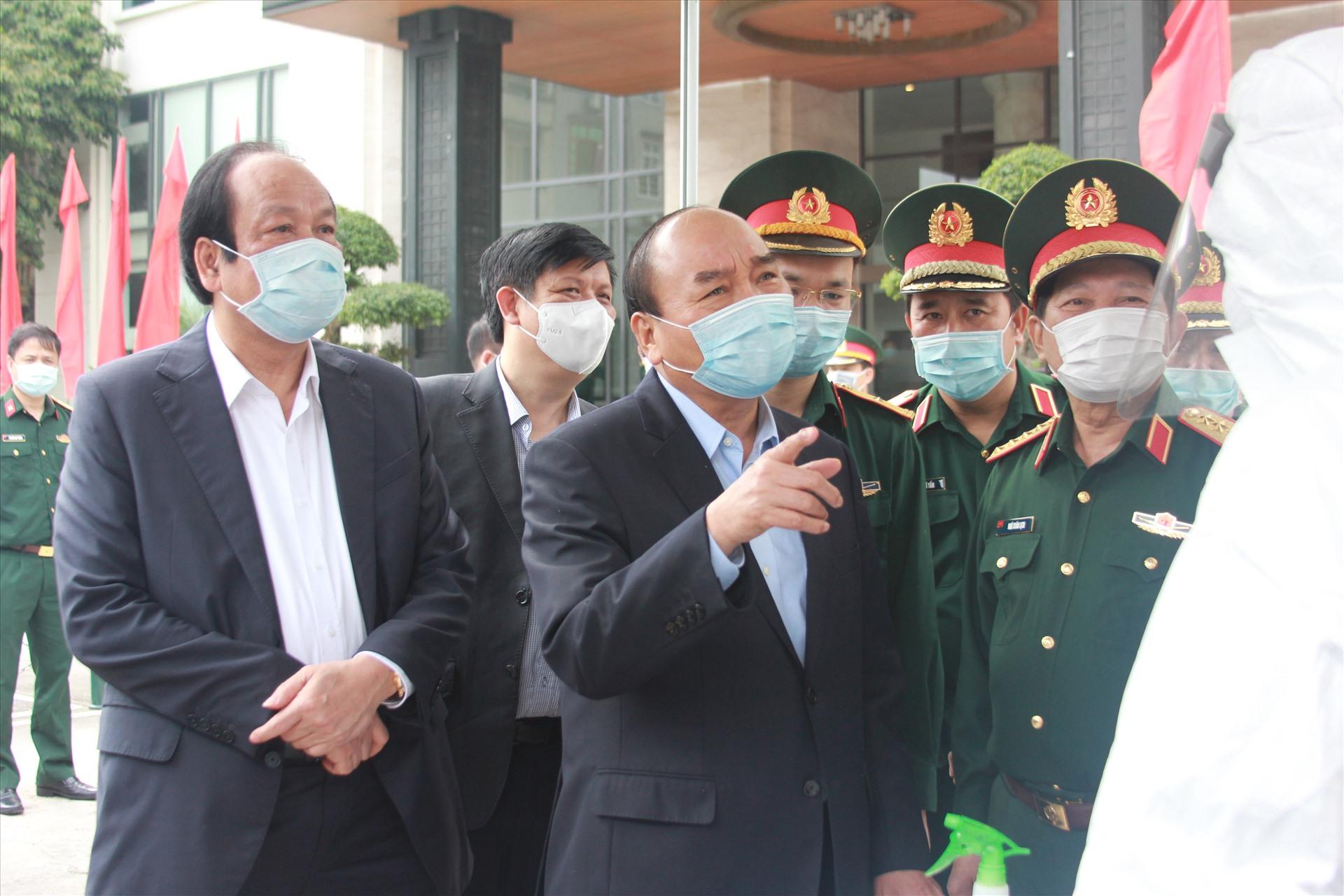 Thủ tướng làm việc với Cục Quân y, Bộ Quốc phòng. Ảnh T.Vương
