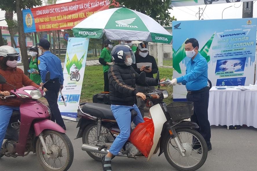 Lãnh đạo Công đoàn các KCN-CX Hà Nội tặng khẩu trang cho người lao động.