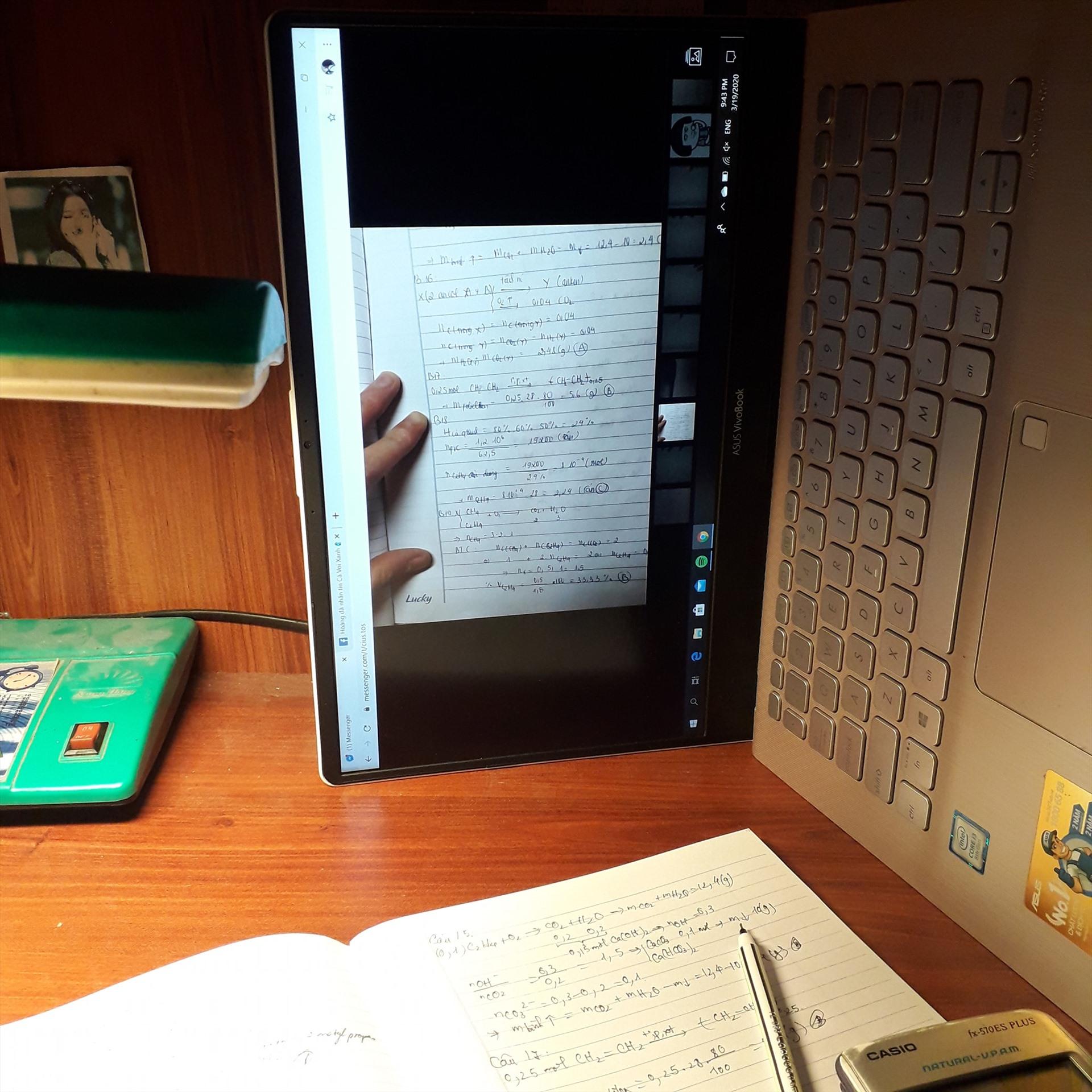 Muôn kiểu vượt khó học tập. Vì màn hình bài giảng của thầy cô bị ngược so với máy tính, học sinh đã quang ngang cả máy để tiện xem bài.